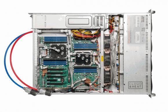 Innenansicht des RI2208-LCS mit Wasserkühlung. Neben den CPUs sind auch andere Komponenten an den Kühlkreislauf angeschlossen.